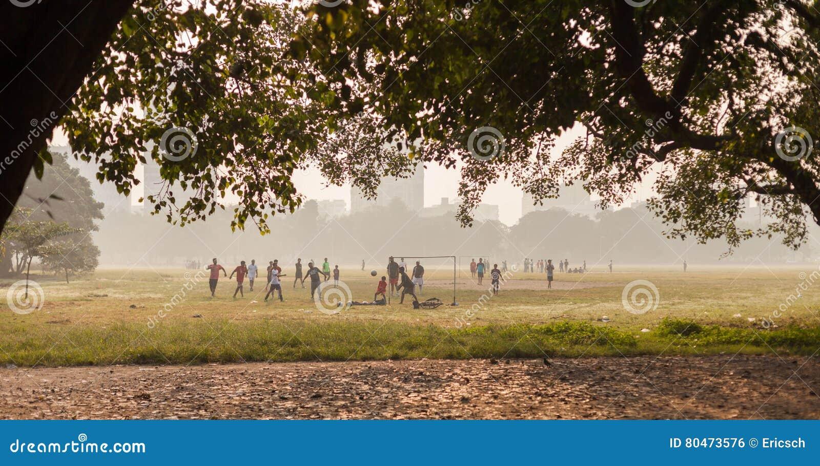Pojkar som spelar fotboll, Kolkata, Indien