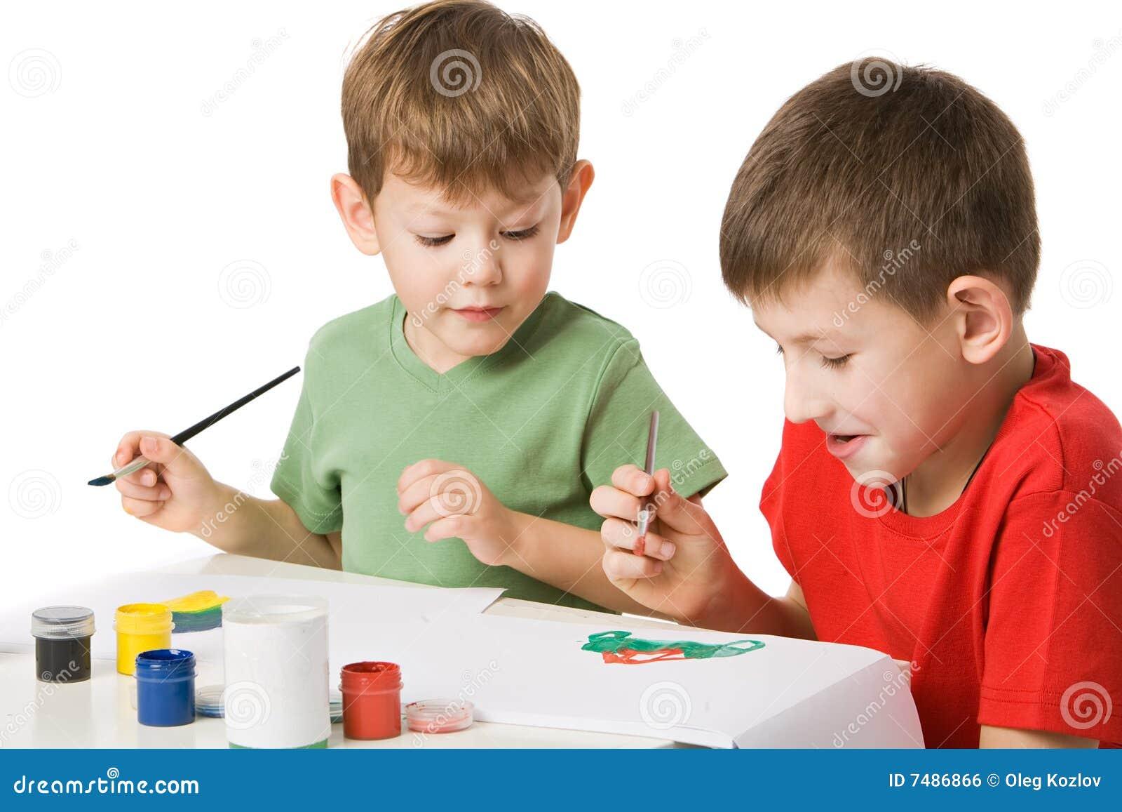 Pojkar tecknar två