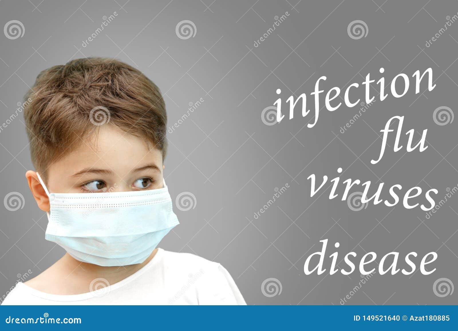 Pojke i den medicinska maskeringen p? hans framsida bredvid namnet av sjukdomar p? isolerad bakgrund