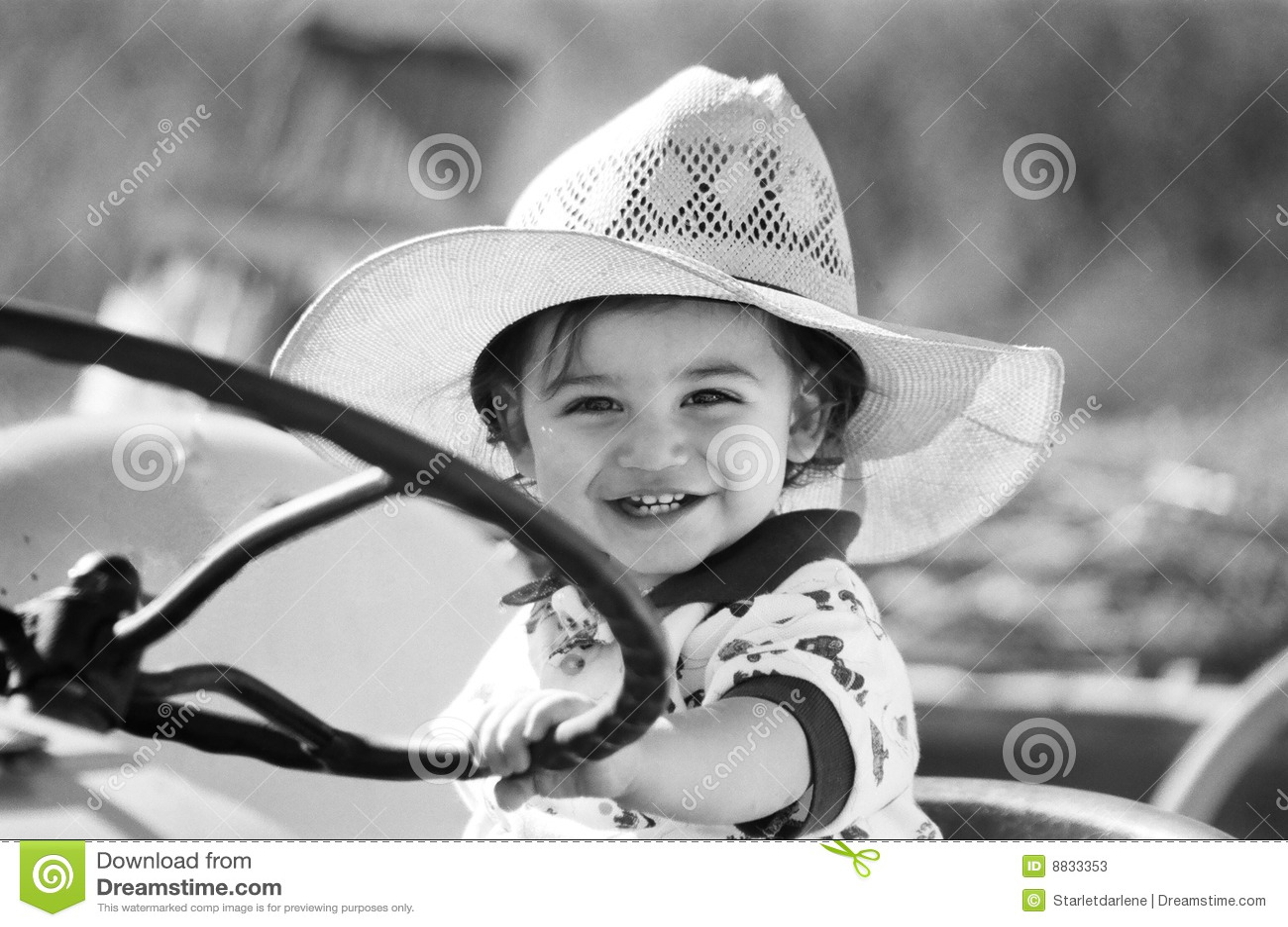 Pojke little leka traktor