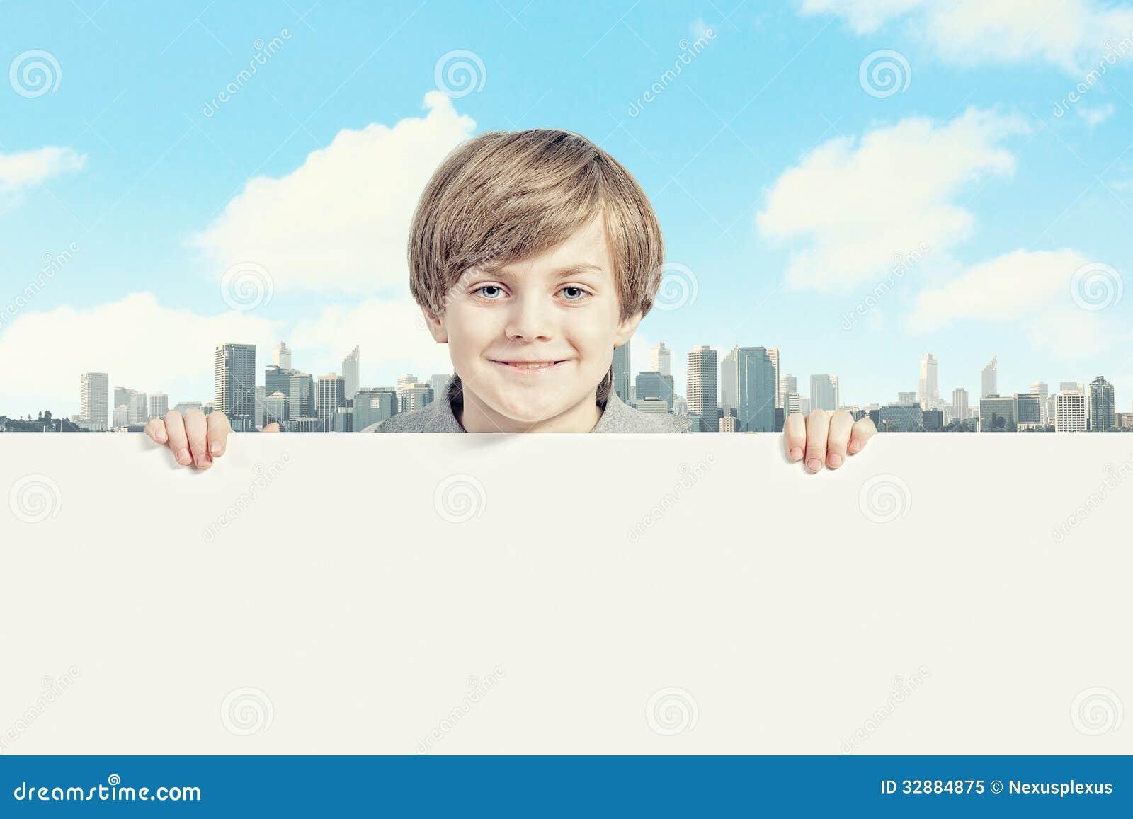 Pojke med en tom affischtavla