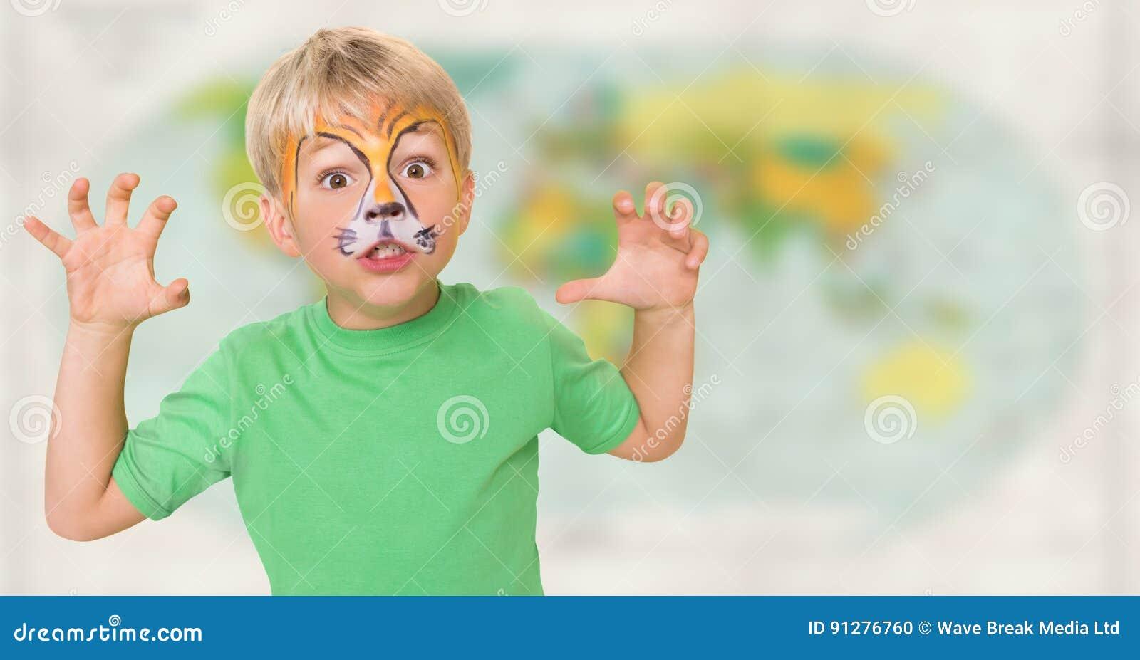 Pojke med facepaint som brummar mot oskarp översikt