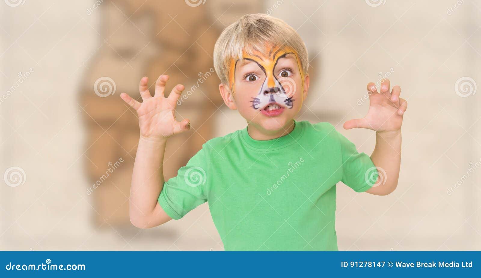 Pojke med facepaint som brummar mot oskarp brun översikt