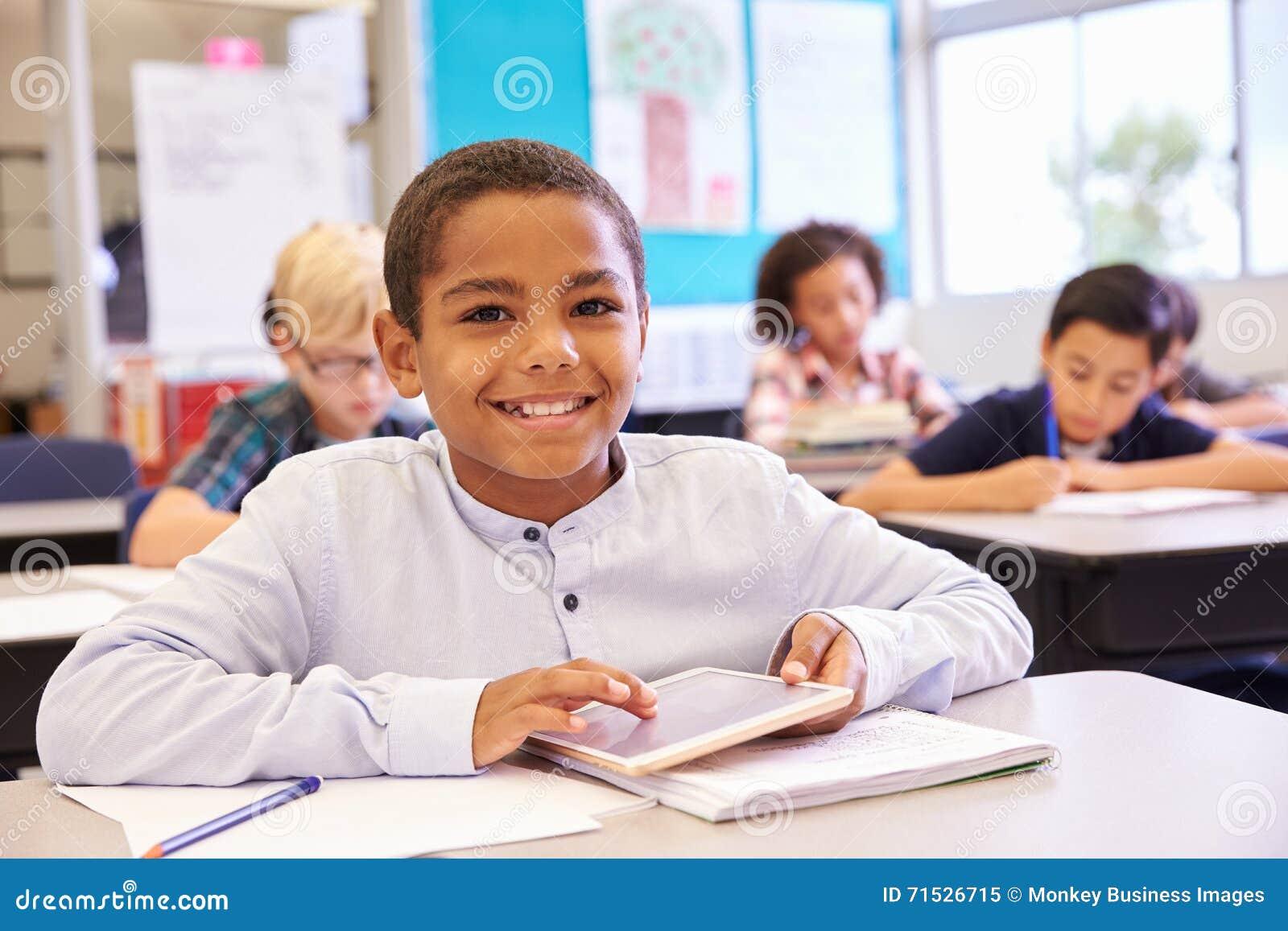 Pojke med minnestavlan i grundskolagrupp, stående