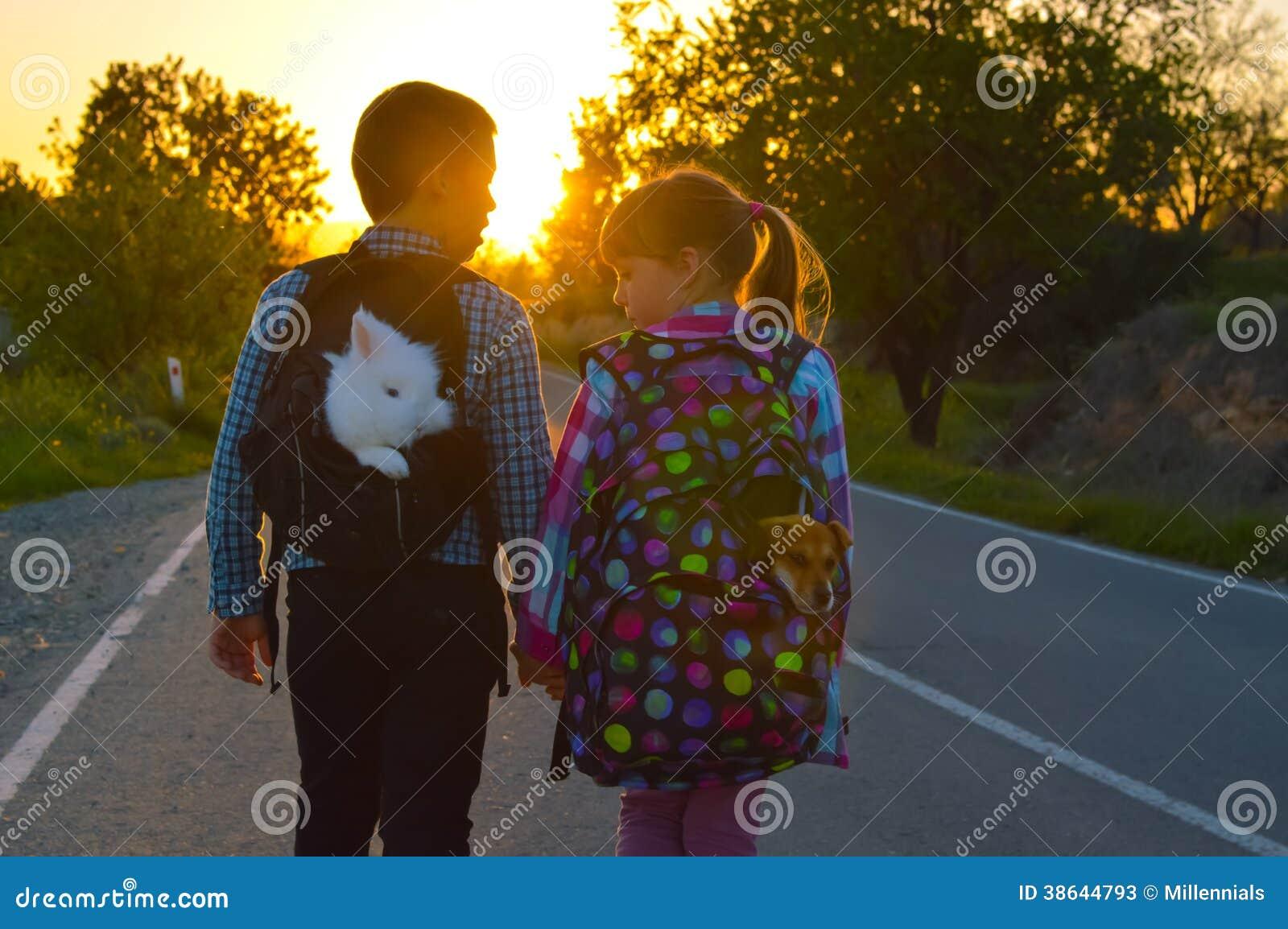 Pojke och flicka på vägen