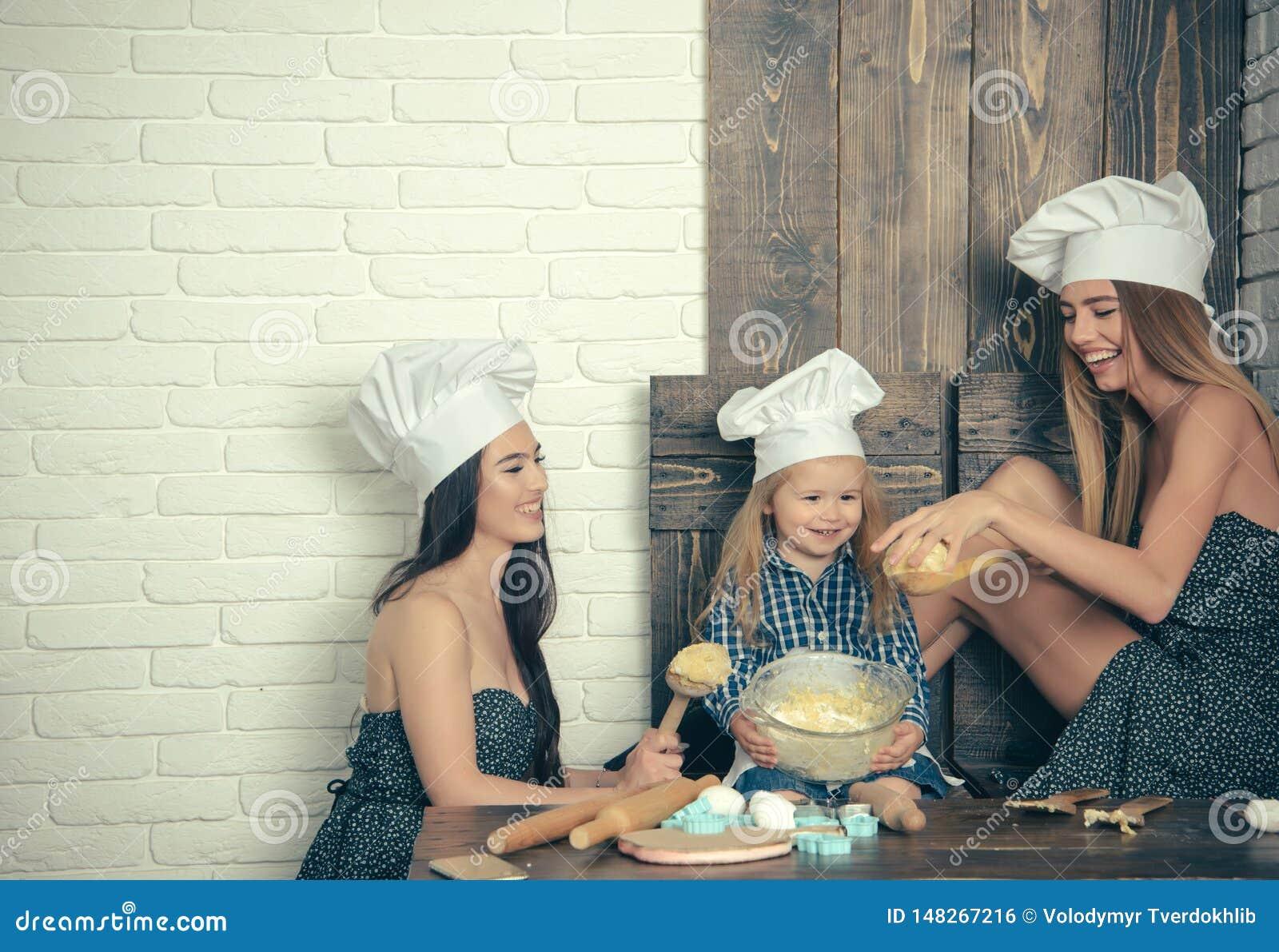Pojke och flickor i kockhattar