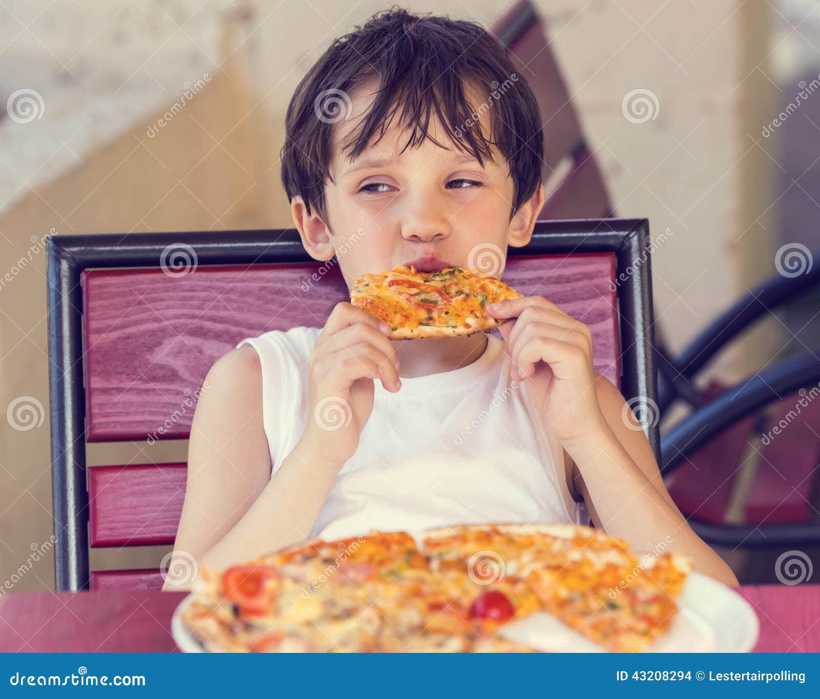 Download Pojke som äter pizza arkivfoto. Bild av bakade, tillfredsställelse - 43208294