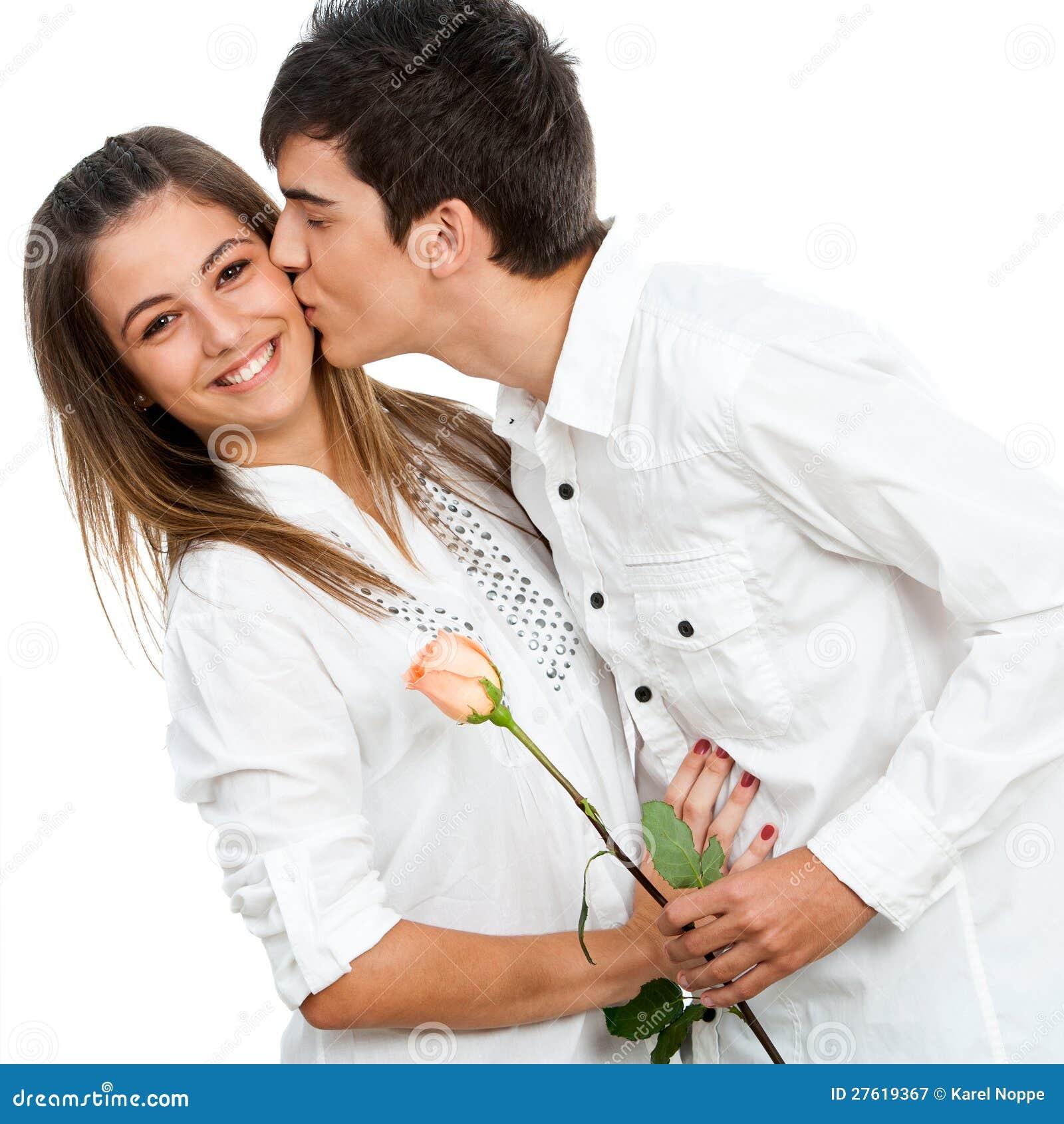 Pojke som ger flicka en rose och en romantisk kyss.