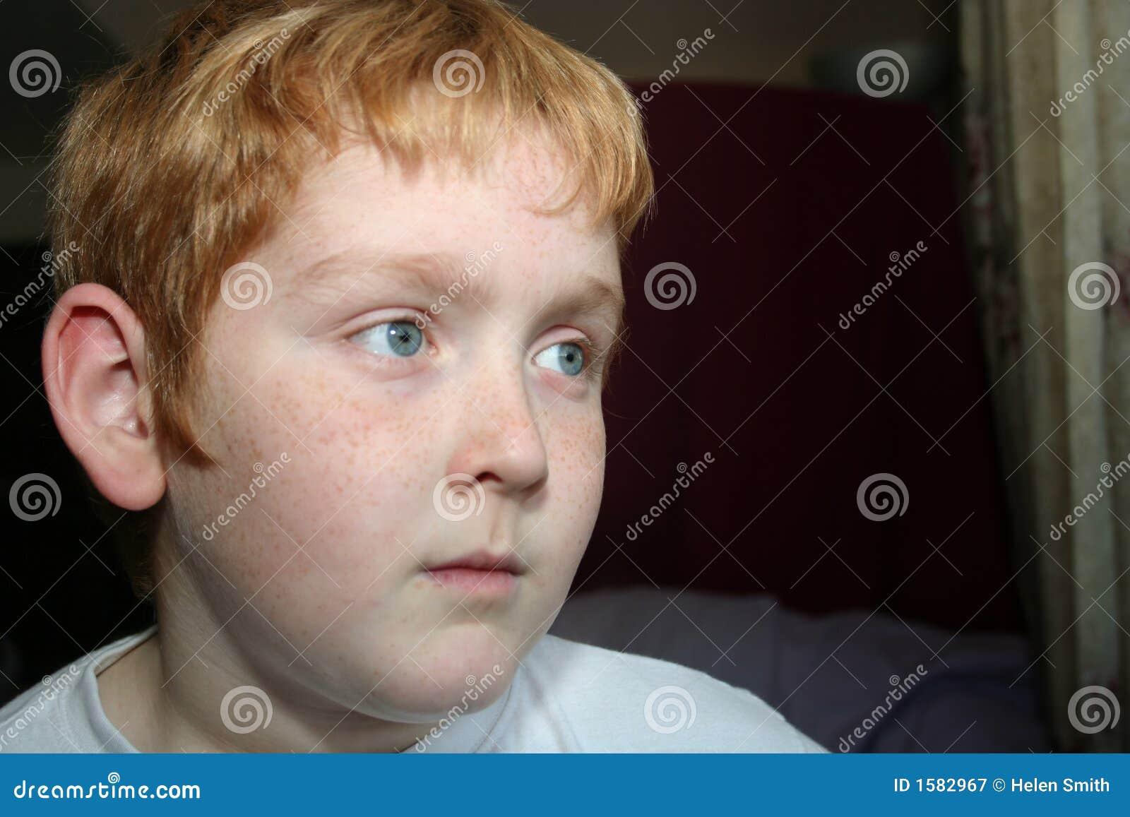 Pojke som ser allvarligt barn