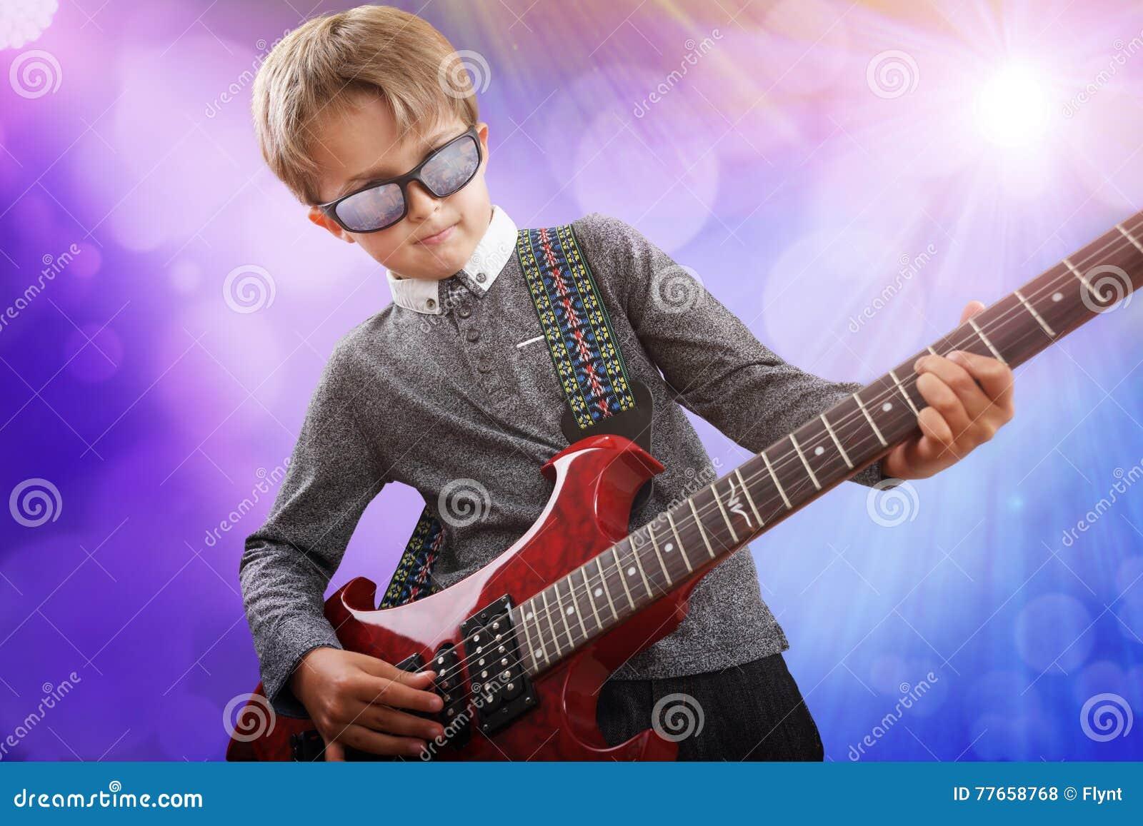 Pojke som spelar den elektriska gitarren i talangshow på etapp