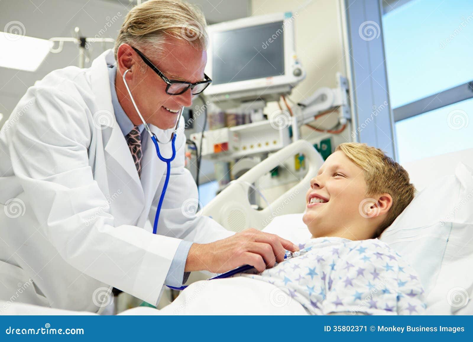 Pojke som talar till manlig doktor In Emergency Room