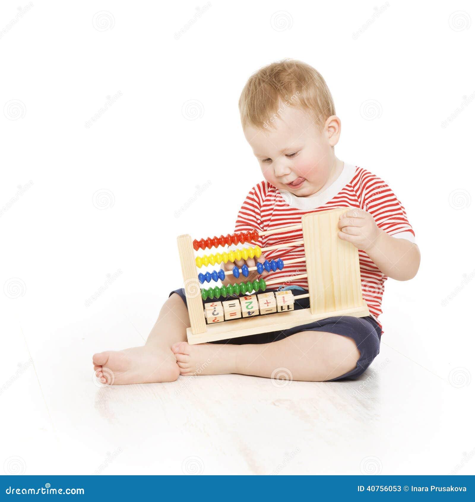 Pojkebarn med kulramklockan som räknar, smarta studieles för liten unge