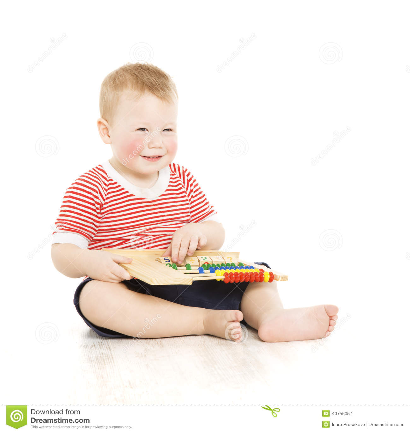 Pojkebarn som är lyckligt med kulrammet, smart studiekurs för liten unge, educ