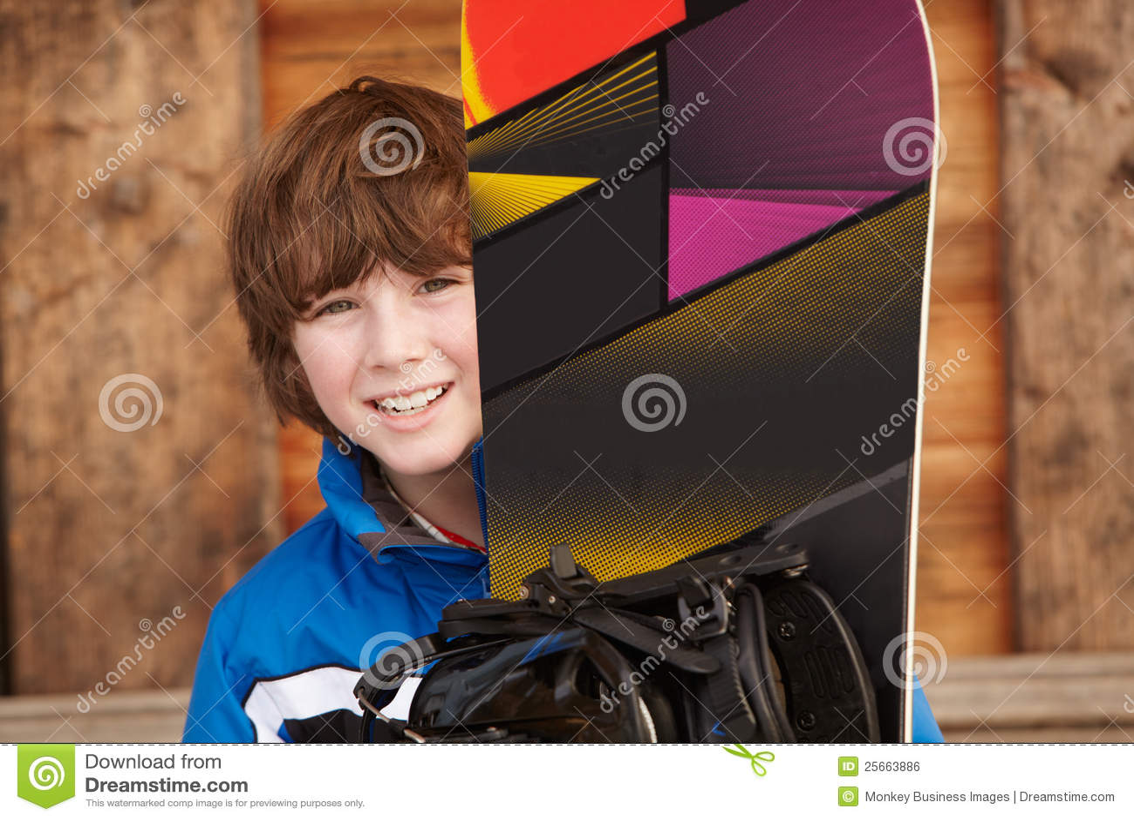 Pojkeferie skidar snowboarden