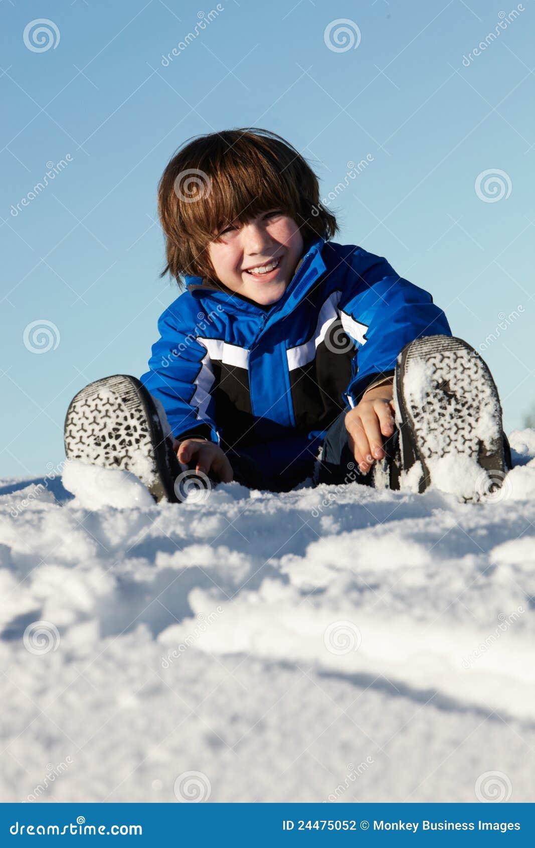 Pojkeferieberg som leker snowbarn
