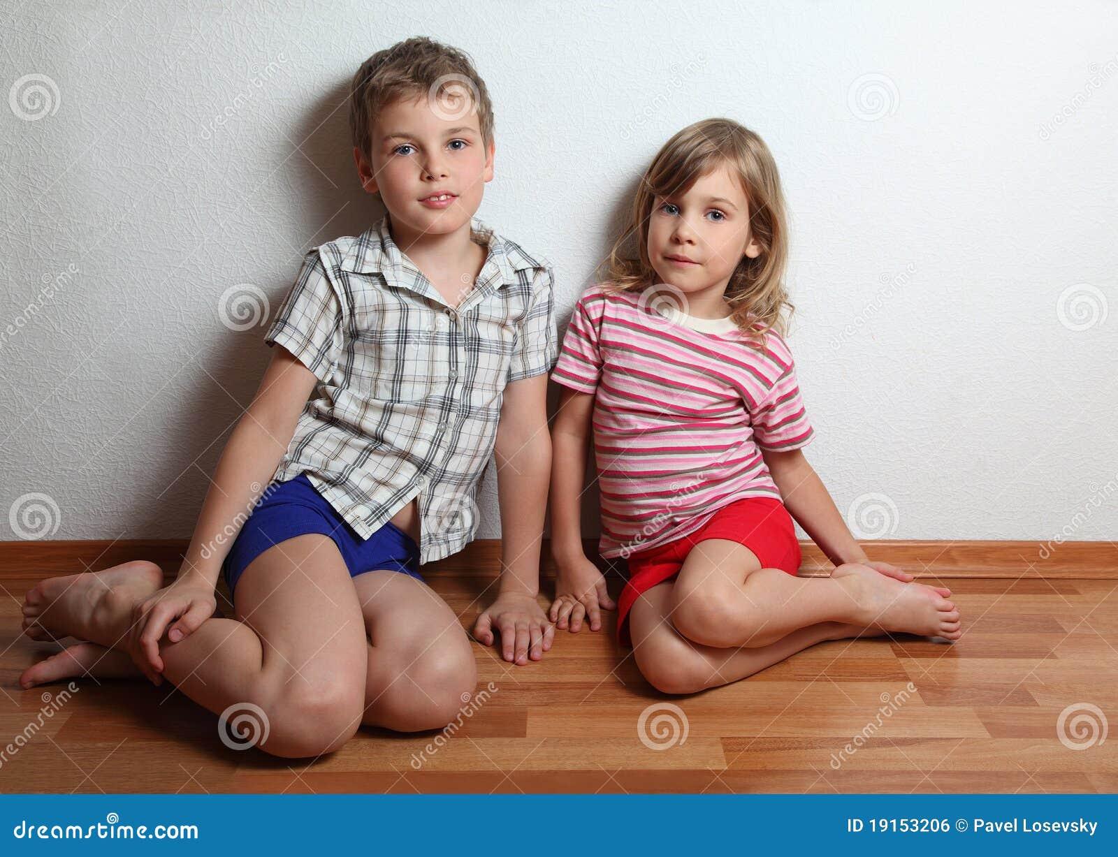Pojkeflicka little sittande le som är fundersamt