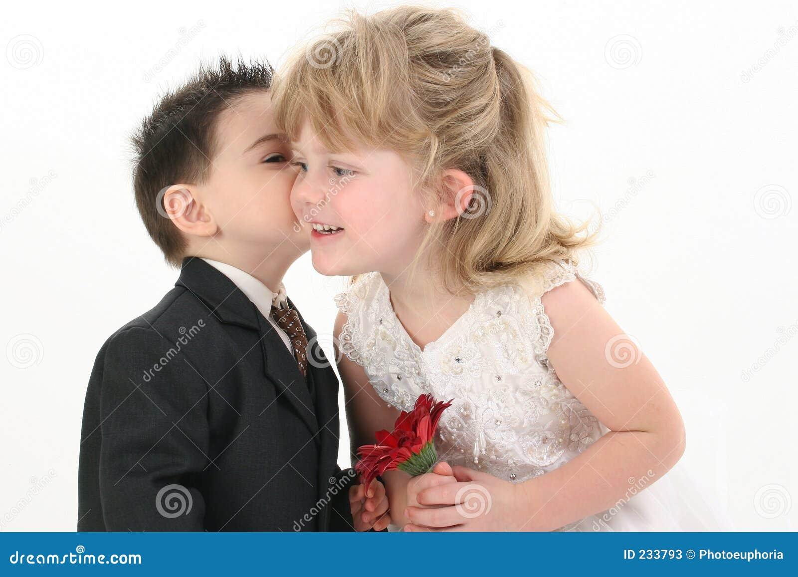 Pojkeflicka som ger kyssen