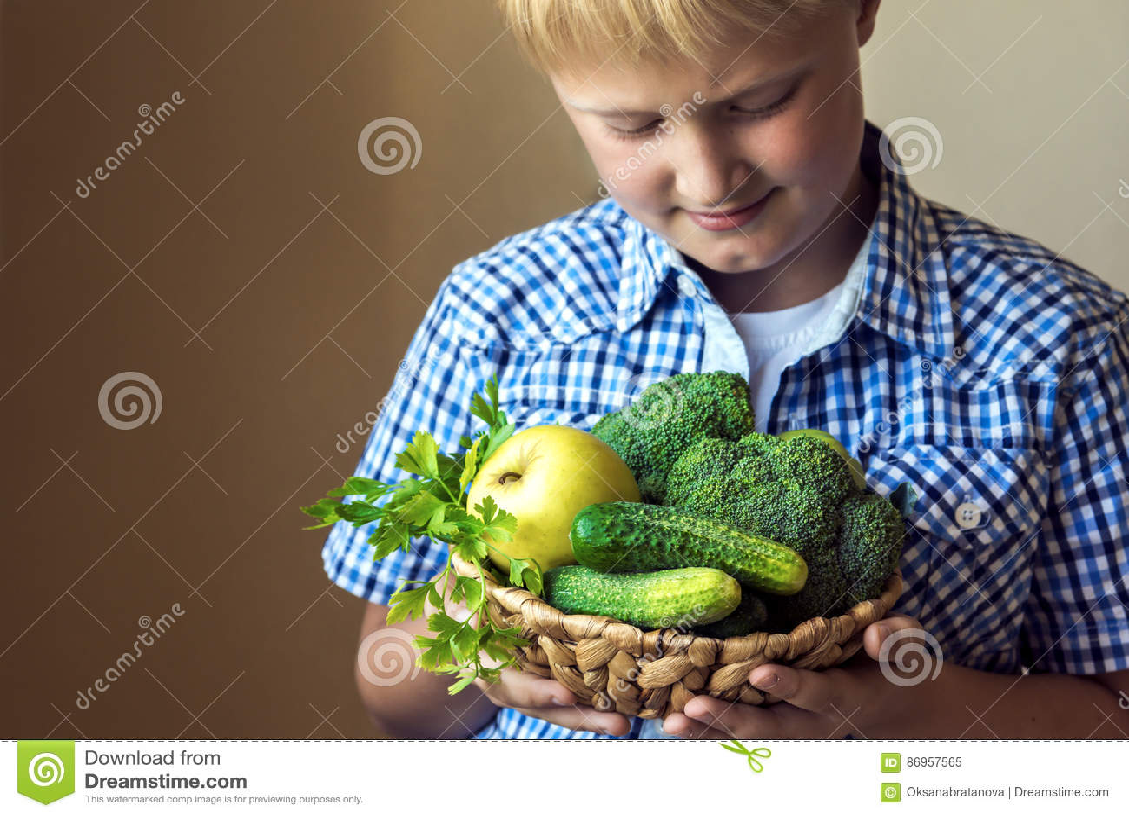 Pojkehållkorg med gröna grönsaker