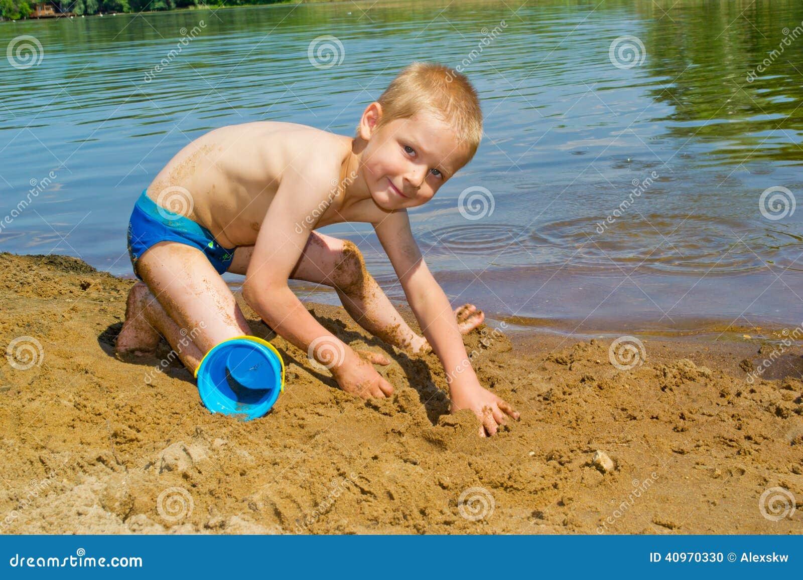 Pojken bygger en sand