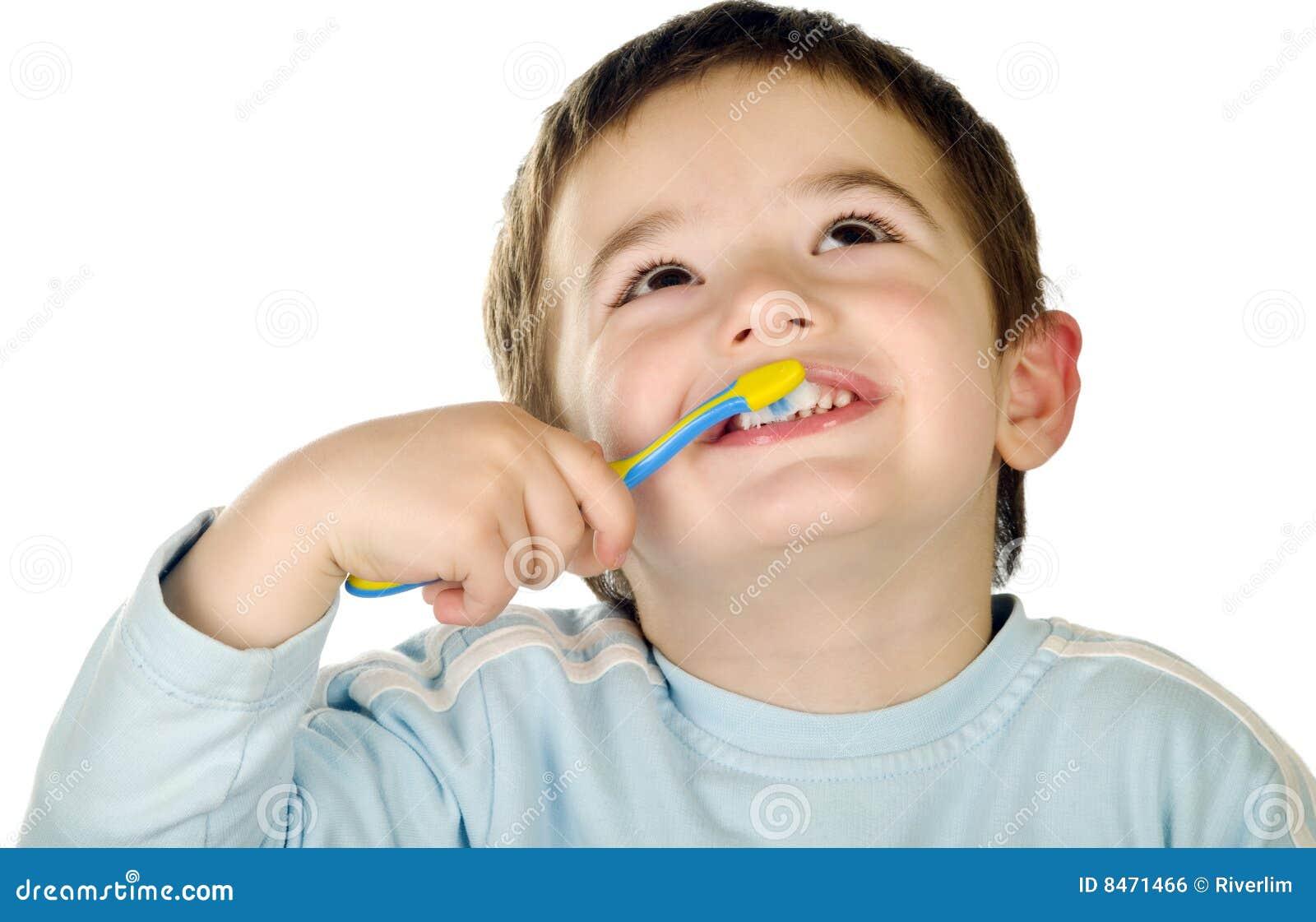 Pojken gör ren unga tänder