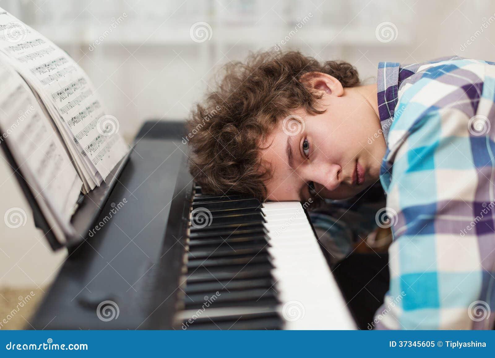 Pojken har fått trött spela pianot