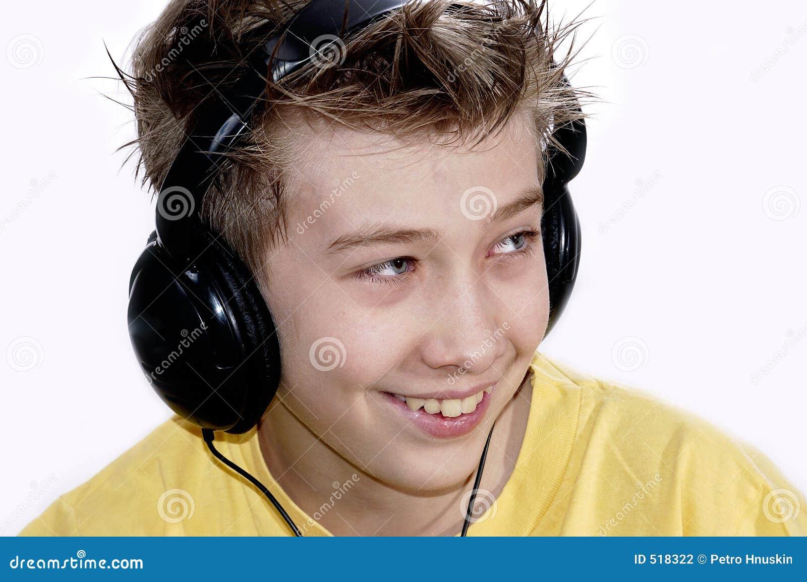 Pojken lyssnar musik till