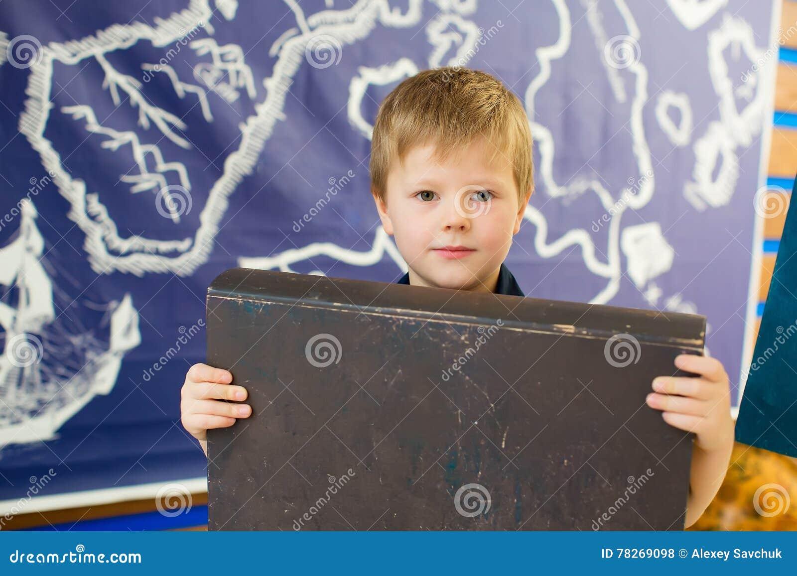 Pojken rymmer en bok Mörk räkning för en etikett