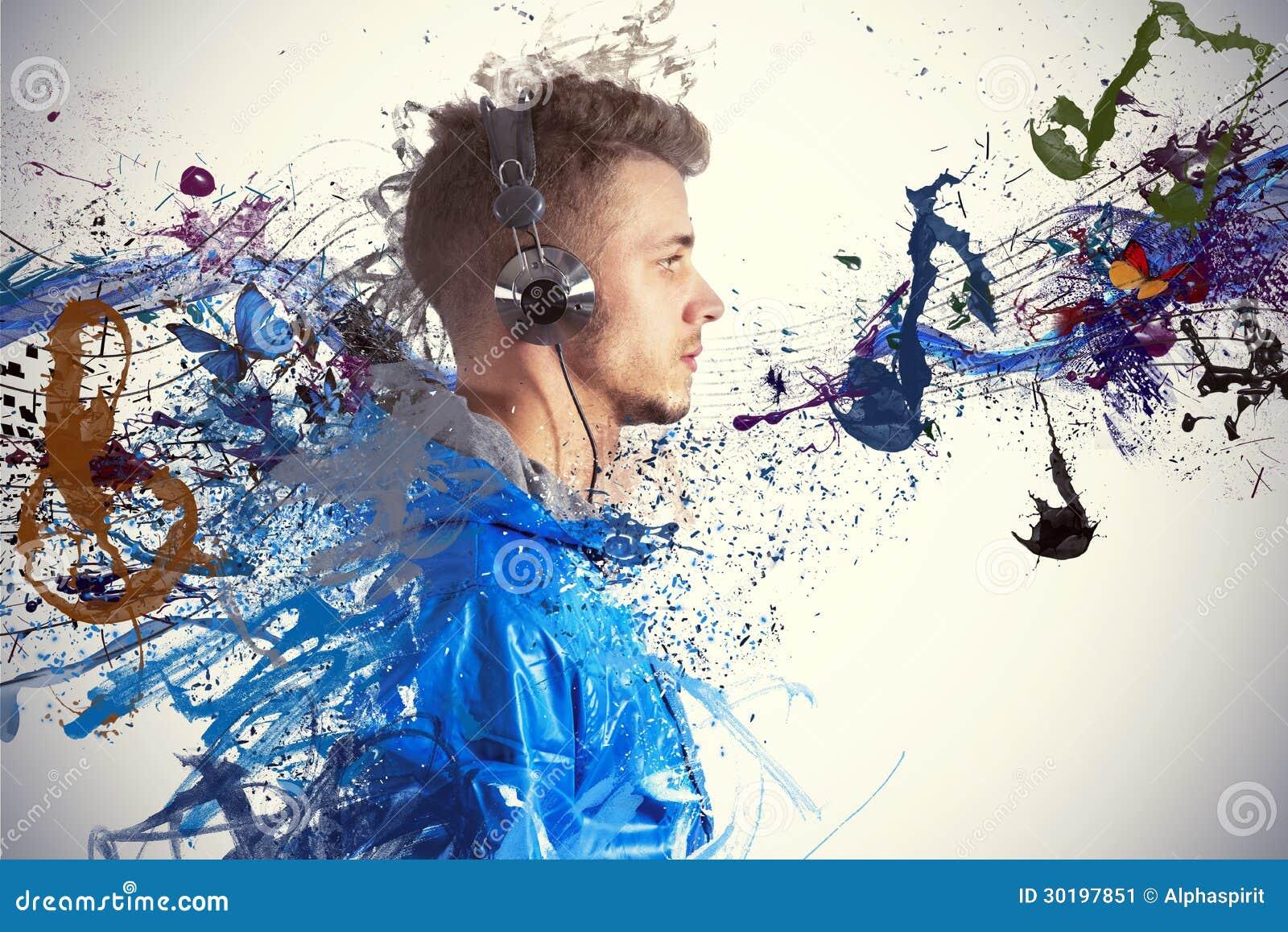 Pojke som lyssnar till musik