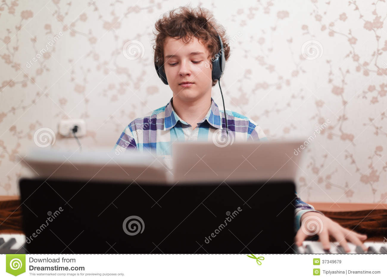 Pojken spelar pianot