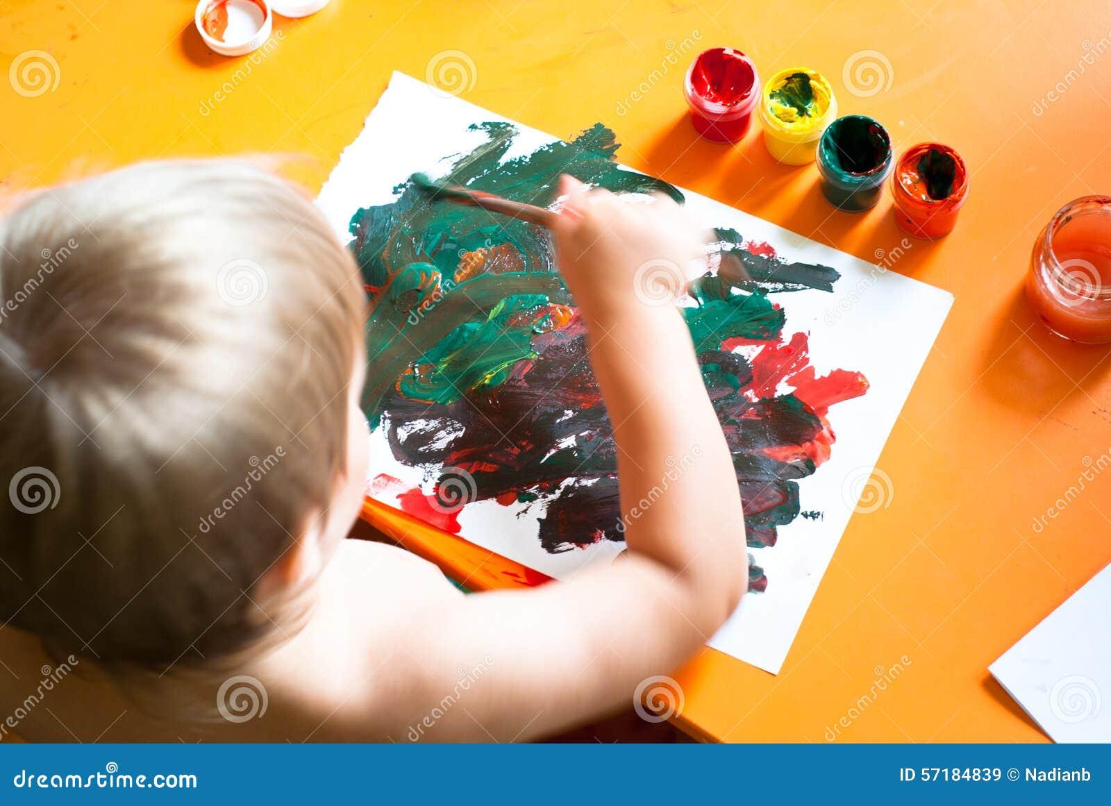 Pojken tecknar little