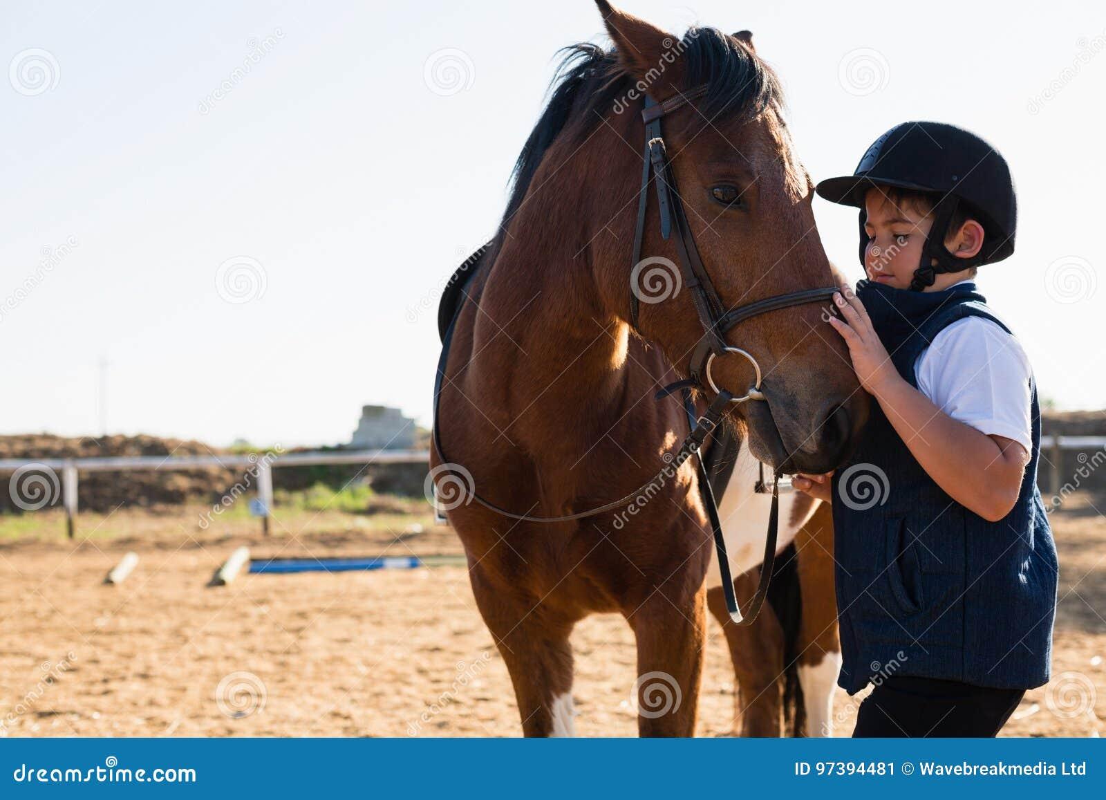 Pojkesammanträde på hästbaksidan
