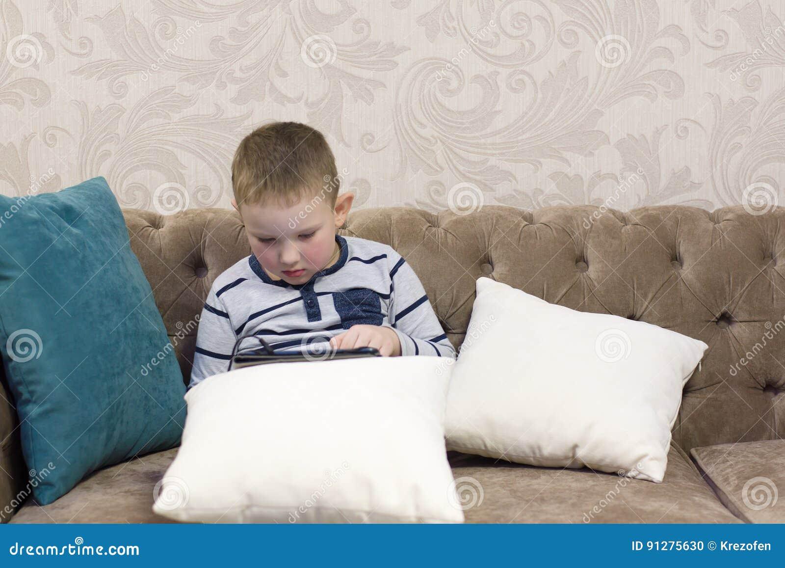 Pojkesammanträde på soffan