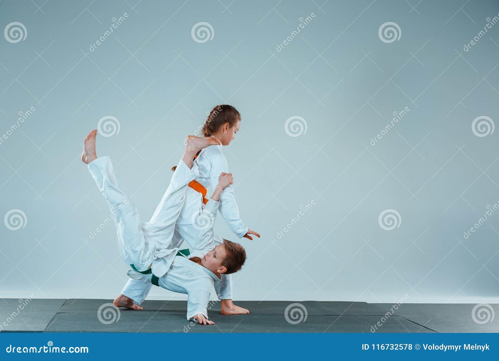 Pojkestridigheten på Aikidoutbildning i kampsportskola Sund livsstil och sportbegrepp