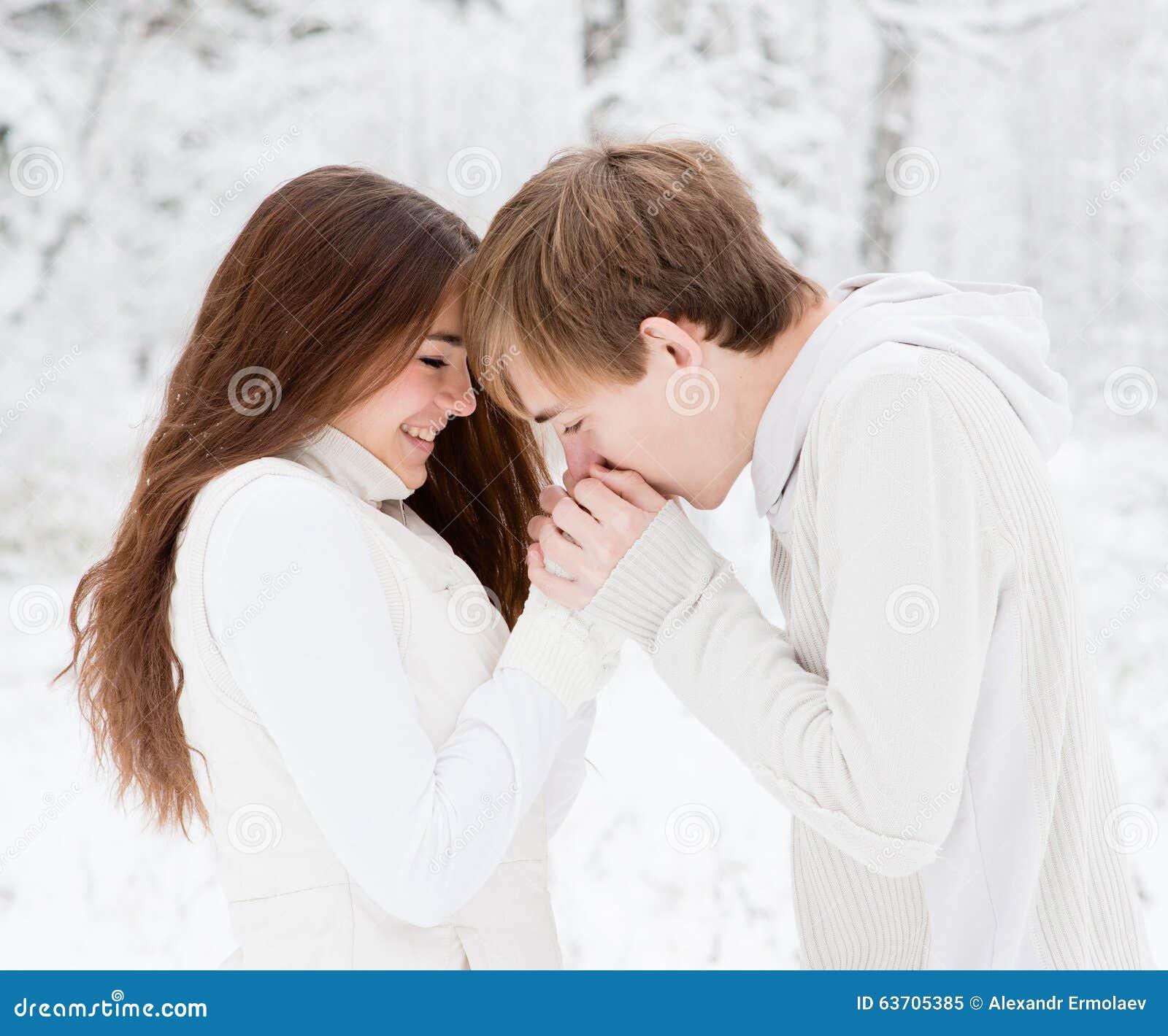 Pojkvännen värme handälsklingen som frysas i förkylningen