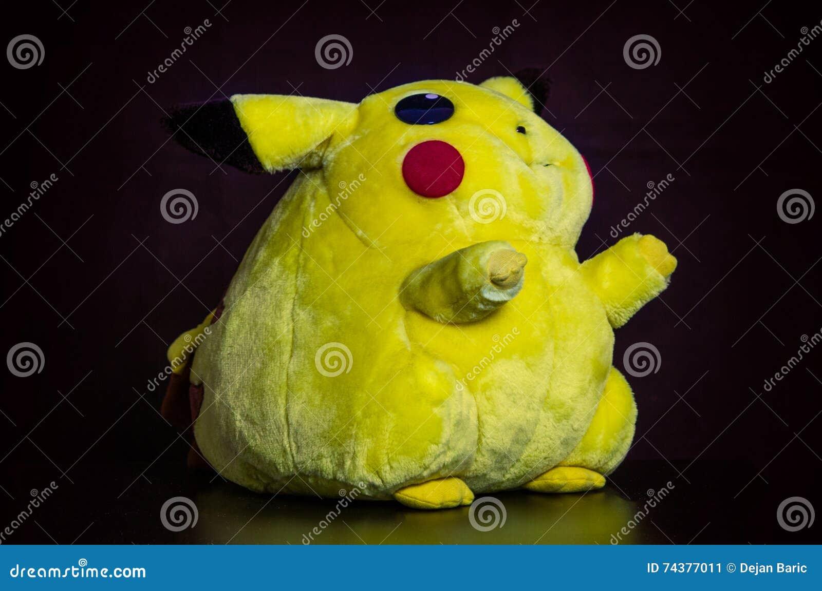 Pokémon Si Concentra La Bambola Pikachu Della Peluche Su Fondo