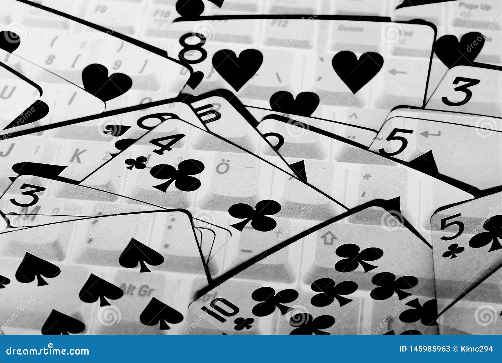 Pokład karty w czarny i biały pełniach całkowity obrazek Laptop klawiatura zobaczy przez kart