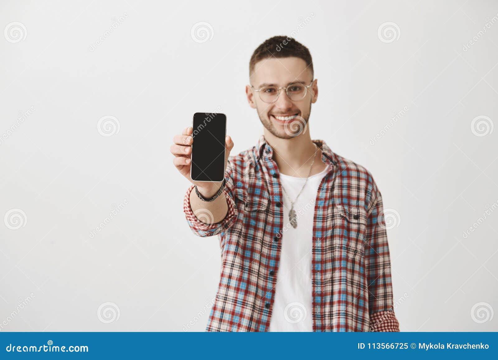 Pokazuje ja coś pięknego i pożytecznie, Ja czeka Atrakcyjny facet ono uśmiecha się szeroko w szkłach podczas gdy ciągnący rękę