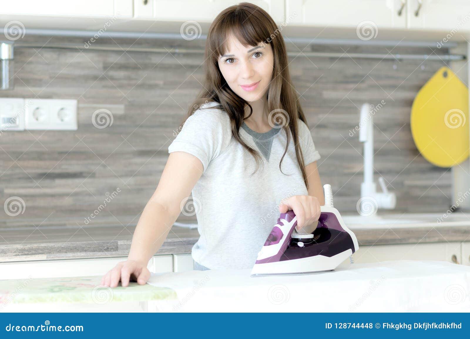Pokazuje proces prasowanie odziewa