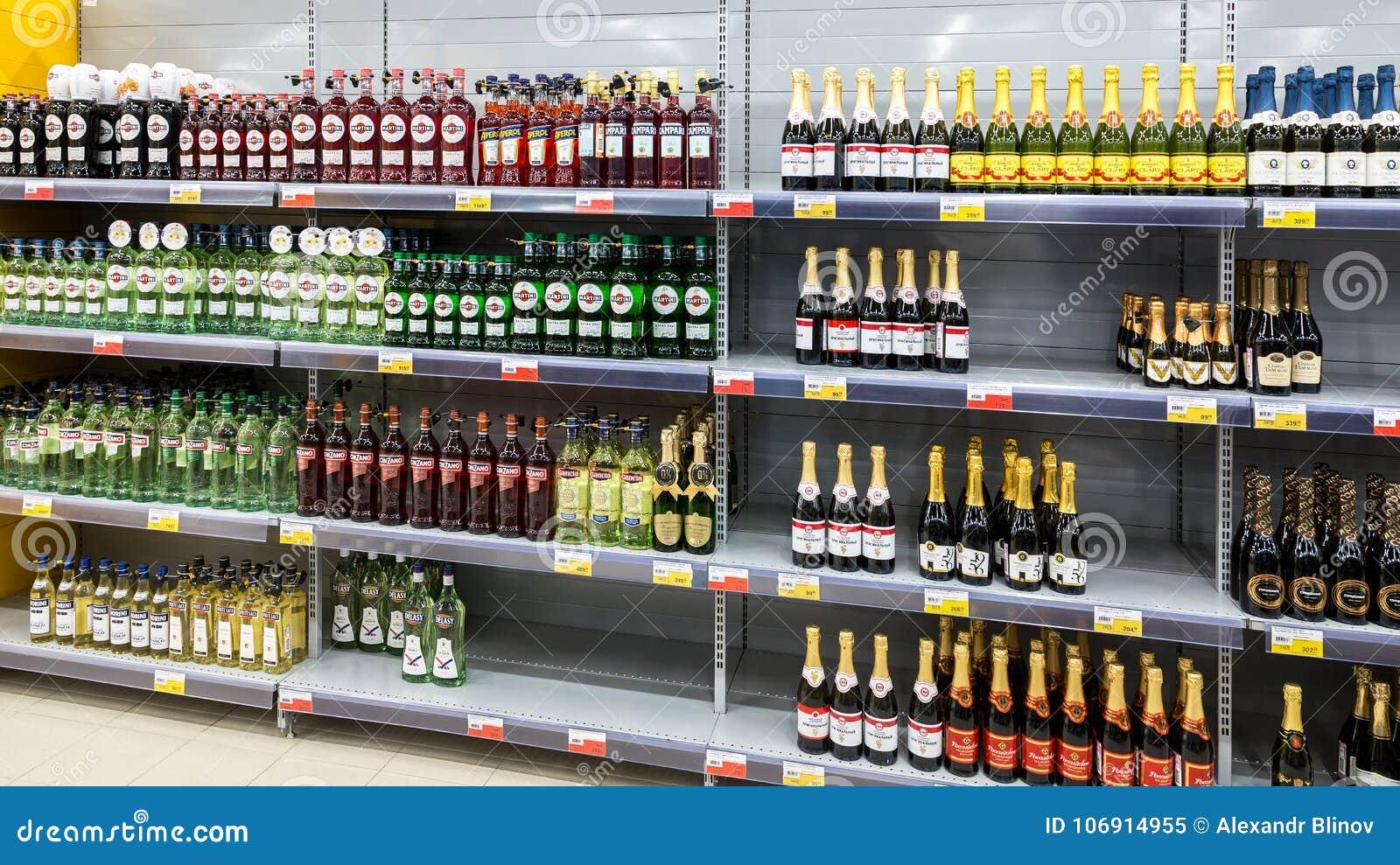 Pokazuje z różnymi alkoholicznymi napojami przy hypermarket L