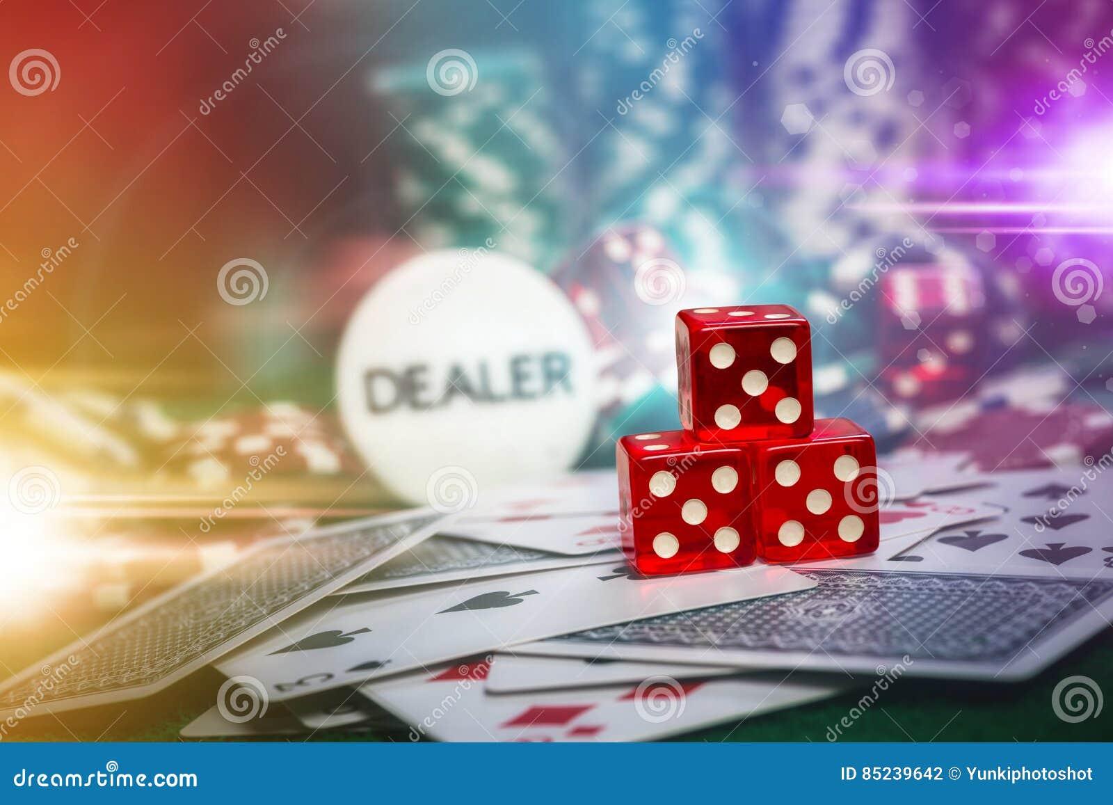 Pokerchiper i grön tabell för kasinovågspel med len signalljusbelysning