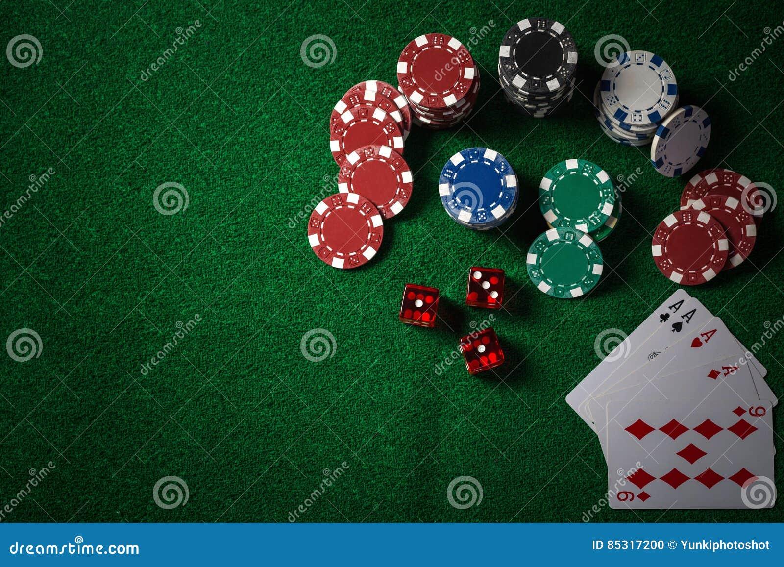Pokerchiper på kasino spelar den gröna tabellen, mörk signal