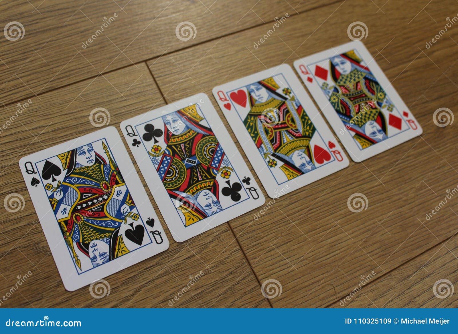 Pokerkort på en träbackround, uppsättning av drottningar av klubbor, diamanter, spadar och hjärtor