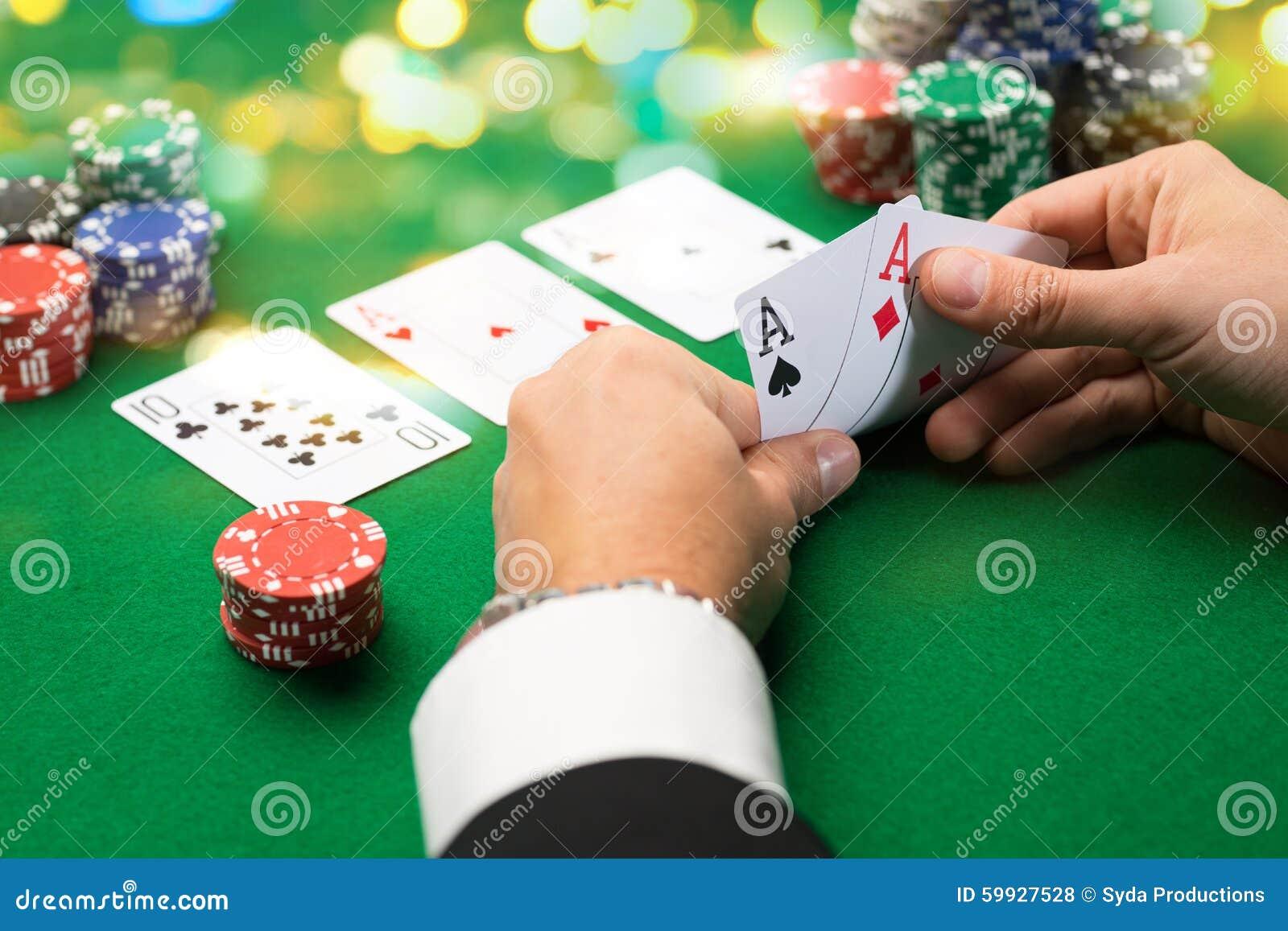 Pokerspieler mit Karten und Chips am Kasino
