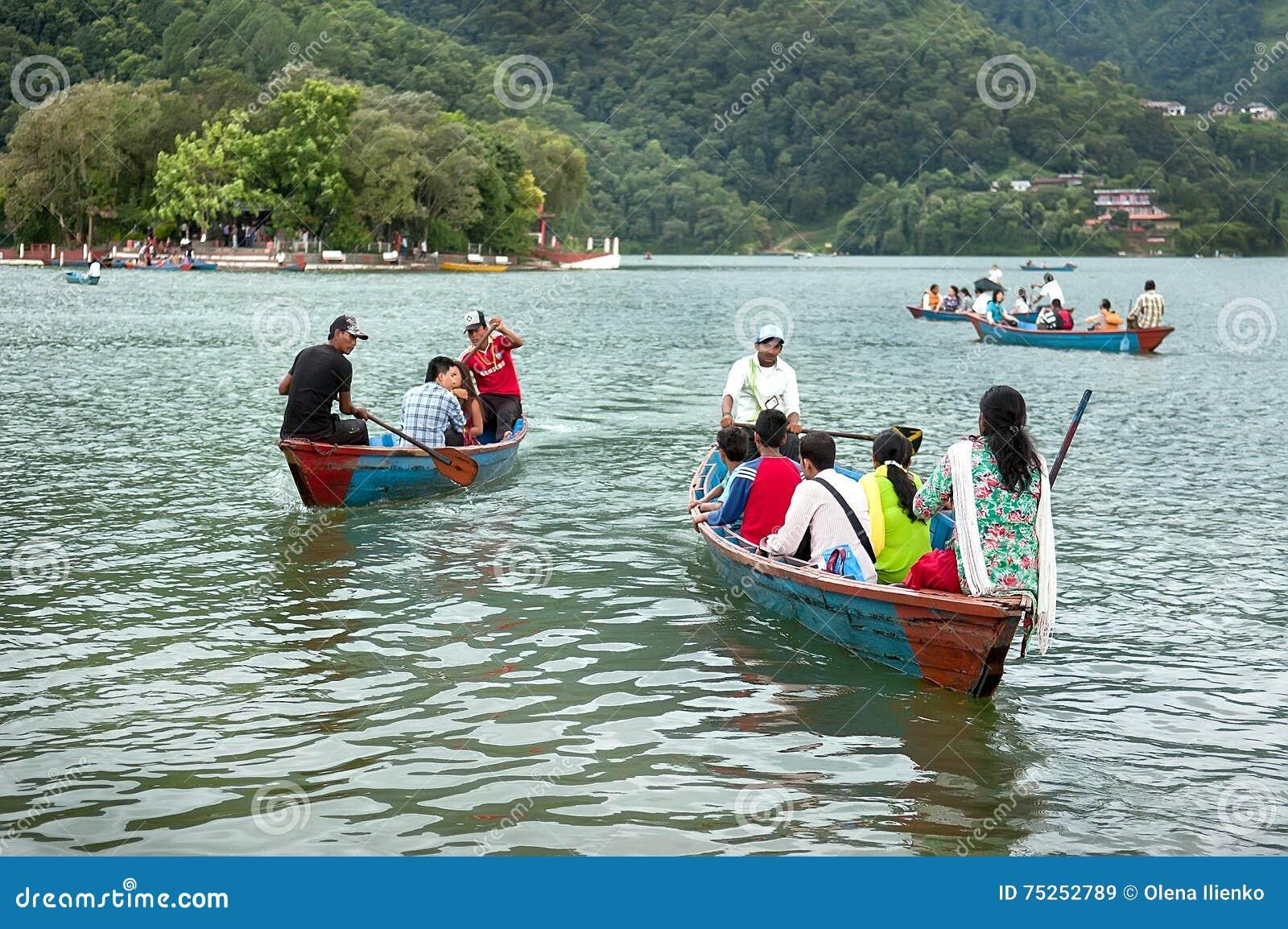 Pokhara, Nepal - 25 luglio 2011: I turisti godono del giro nel vasto lago Phewa, colori naturali della barca Il lago Phewa è un p