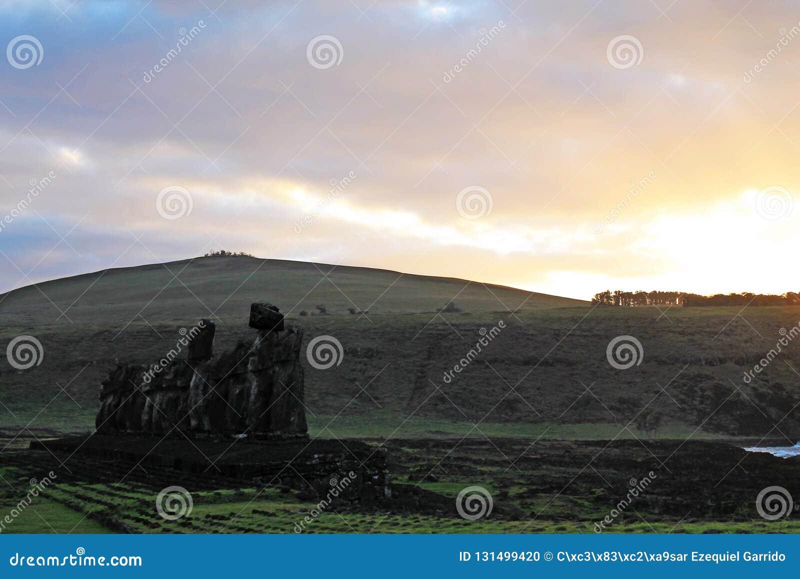 Pokojowa Ahu Tongariki wschód słońca scena, Wielkanocna wyspa Chile