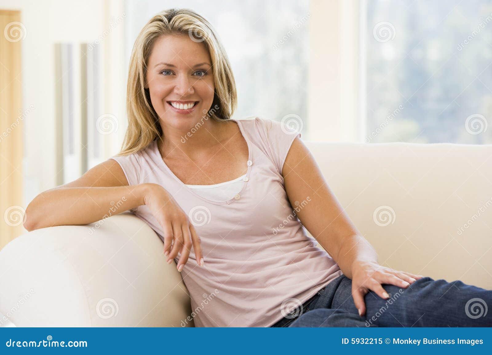 Pokojowa kobieta siedząca żyje