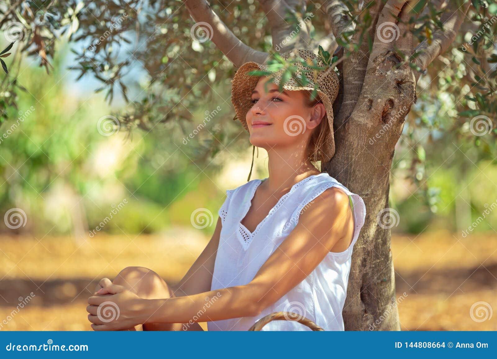 Pokojowa kobieta w oliwka ogródzie