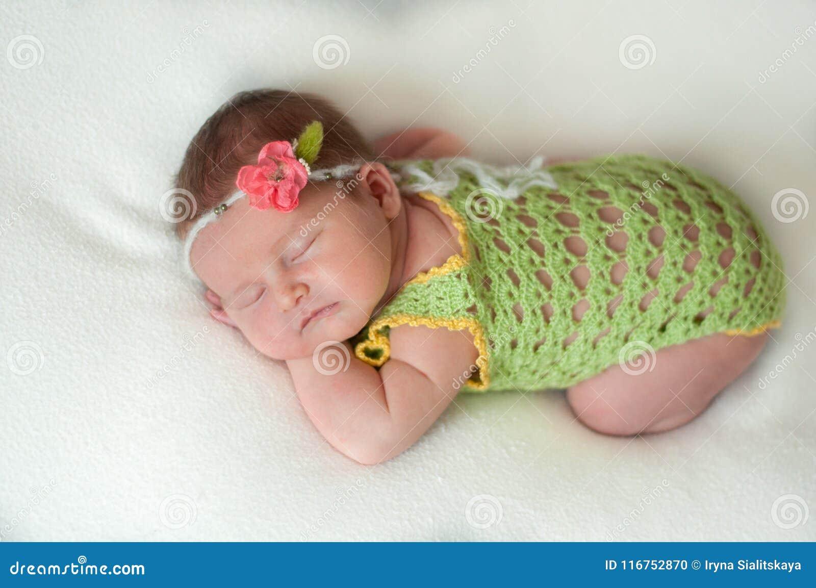 Pokojowy dziecka lying on the beach na łóżku podczas gdy śpiący w jaskrawym pokoju