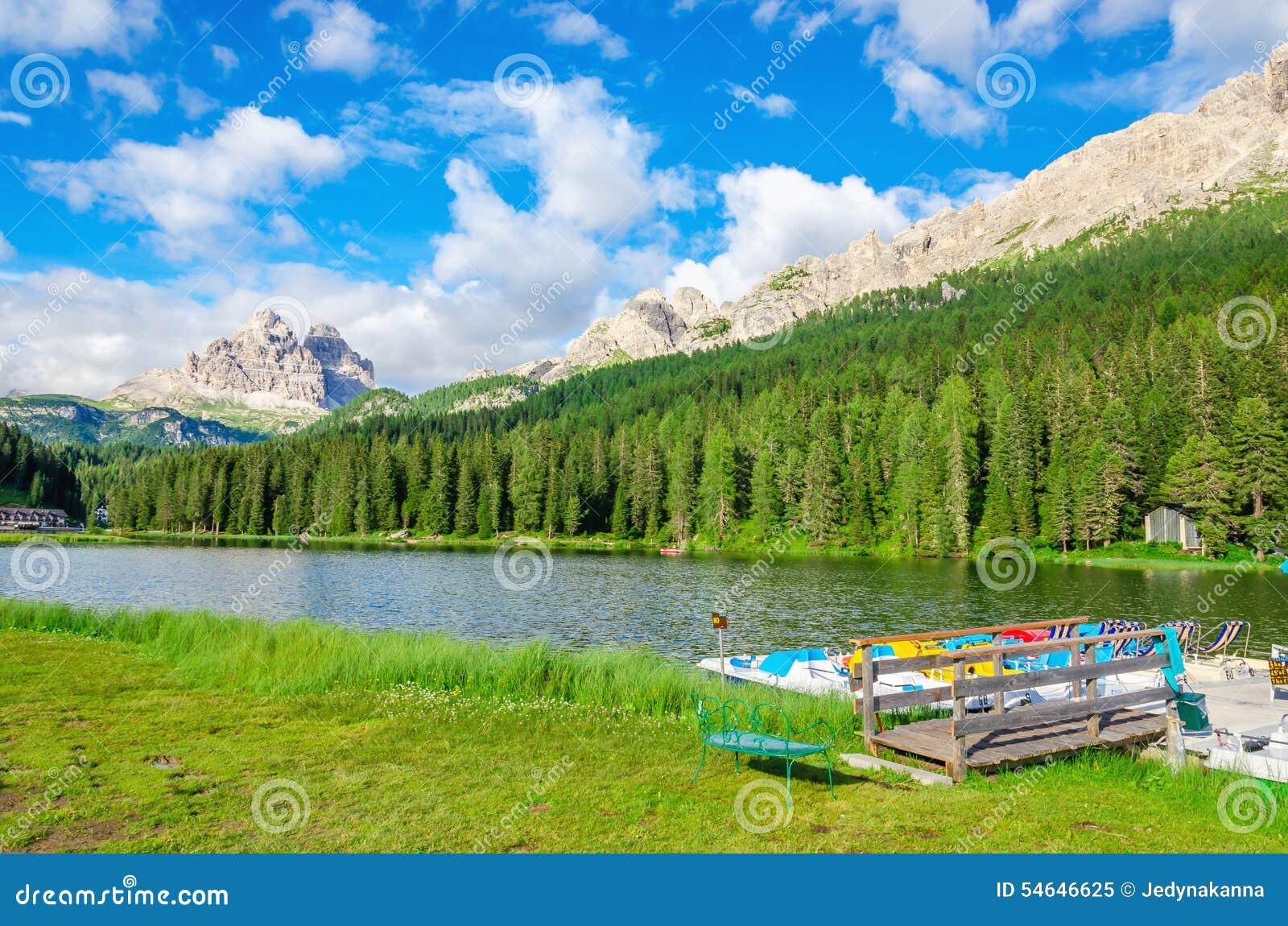 Pokojowy jezioro z padal łódkowatym mola i Tre Cime