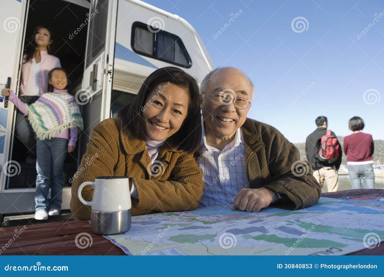 Pokolenia rodzinny outside RV